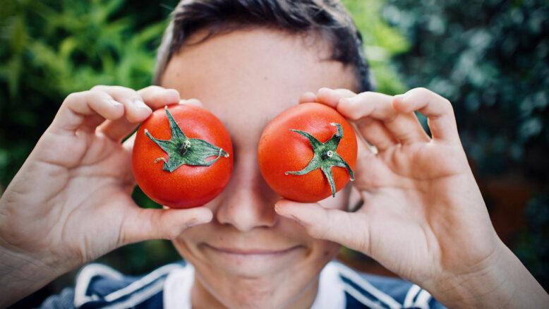 Chico con dos tomates en los ojos